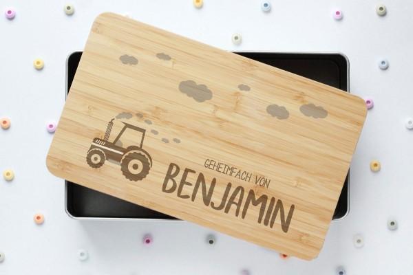 Spielzeugkiste oder Schatzkiste mit Traktor und Namen auf Bambusdeckel