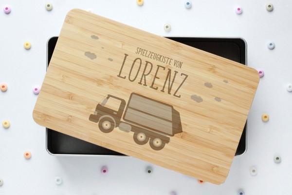 Spielzeugkiste oder Schatzkiste mit Müllauto und Namen auf Bambusdeckel