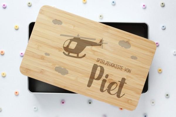 Spielzeugkiste oder Schatzkiste mit Helikopter und Namen auf Bambusdeckel